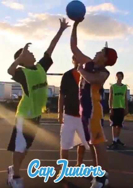 2 jeunes basketeurs se disputent le ballon à l'engagement
