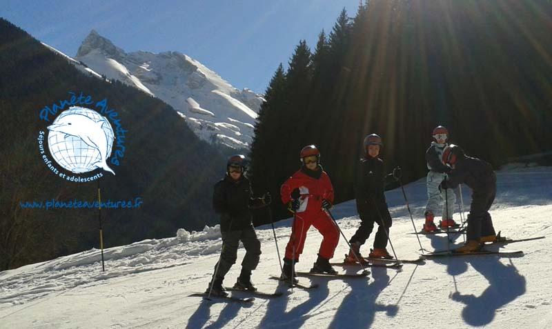 5 copains prennent la pose ski aux pieds en classe de neige